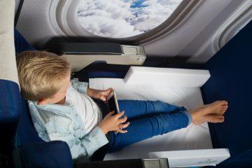 Kind slapen vliegtuig